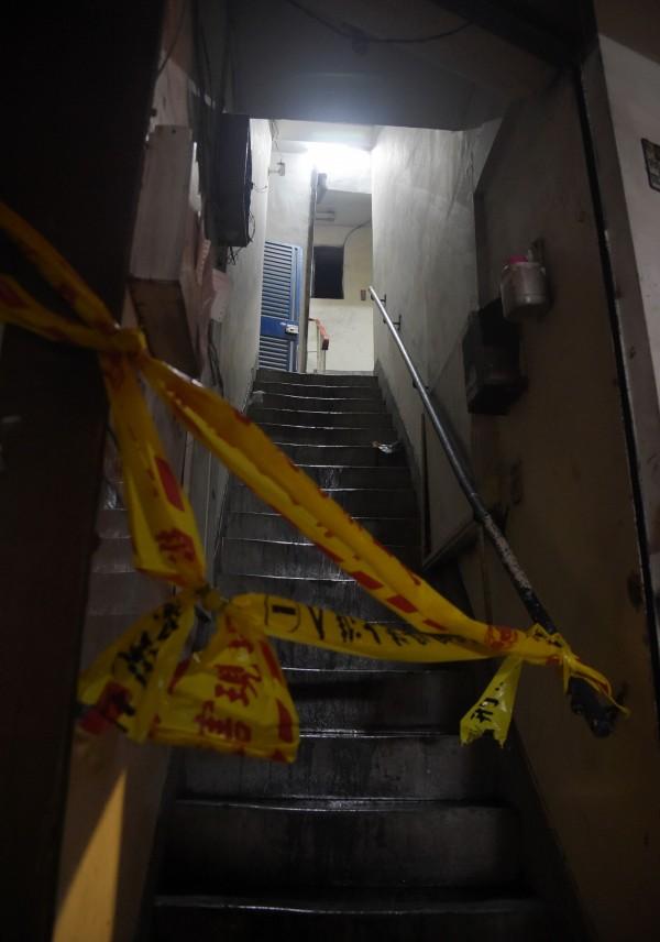 新北市中和一棟公寓出租套房22日晚間發生火警釀9死2傷,現場已進行封鎖,鑑識人員在封鎖線內作業。(記者黃耀徵攝)