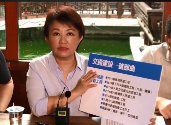 盧秀燕今天在臉書開直播提出交通建設政見。(圖擷取自盧秀燕臉書)