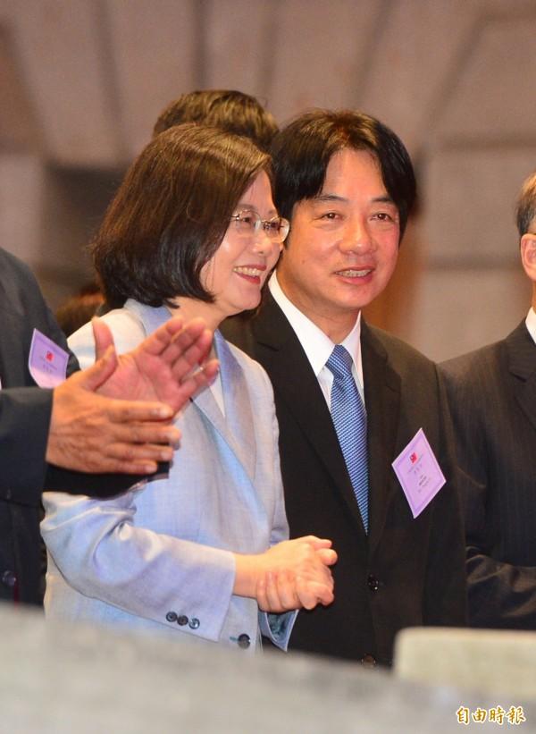 總統蔡英文(左)陪同外賓參加106年國慶酒會,一同品嚐台灣美食和觀賞表演,會中與行政院長賴清德(右)交談。(記者王藝菘攝)