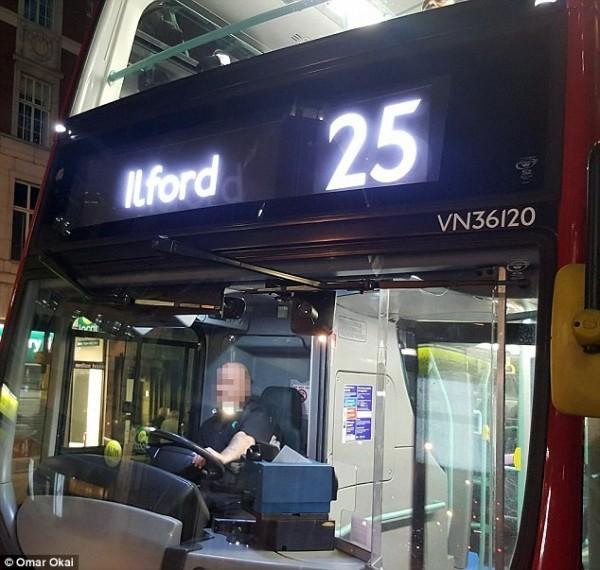 奧瑪爾被趕下車後拍下公車與司機。(圖擷自DailyMail)