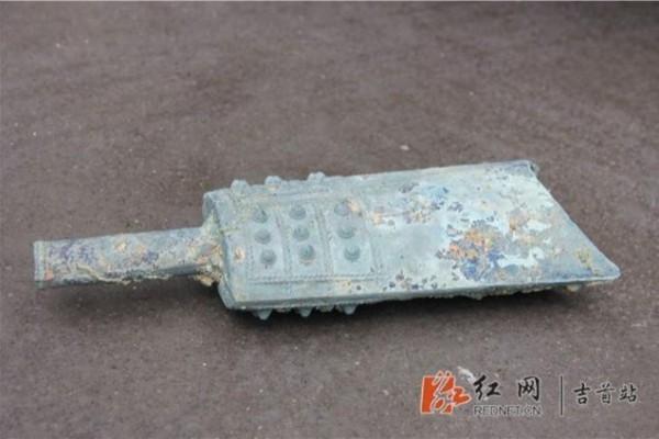 中國湖南一位農民日前意外在農田發現一件戰國時代的青銅器。(圖擷取自《紅網》)