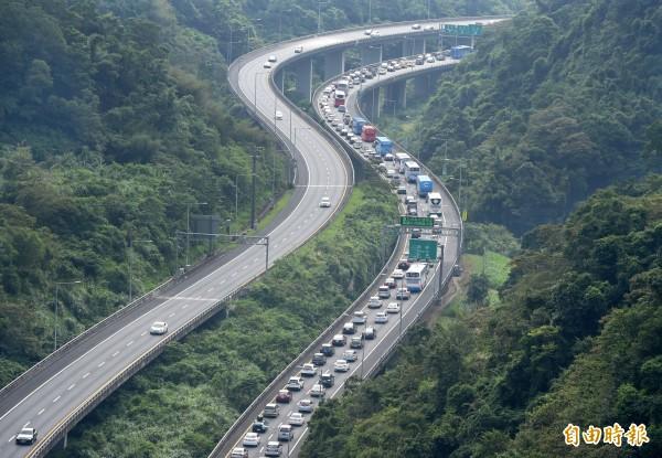 高公路預測,今天下午國道5號南港系統至坪林南下就會開始塞。圖為中秋連假車潮。(資料照)