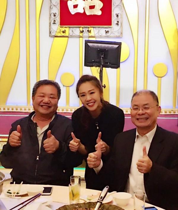 李婉鈺昨天與新北市議長蔣根煌(左)等人出席活動。(圖擷自李婉鈺臉書)