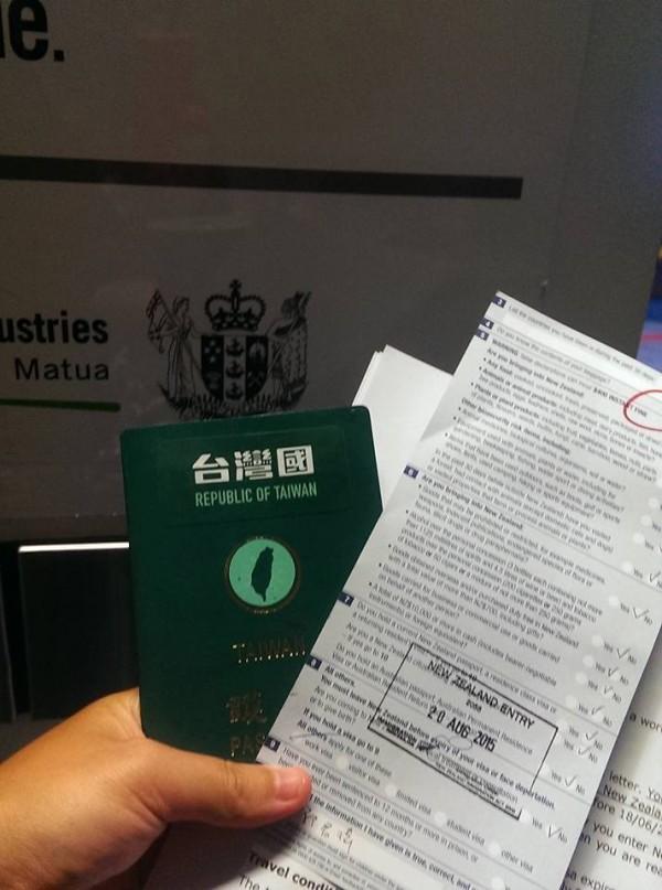 「台灣國護照貼紙」臉書專頁便酸,如果怕「太敏感」可以提供「Republic of Taiwan」貼紙遮住機尾的國旗,還可以給他護照貼紙貼在西裝外套上,讓馬英九「勇敢秀出那專屬於『台灣國人』的尊嚴」。(圖擷取自臉書)