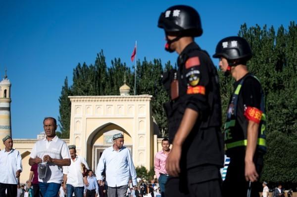 在中國當局大批轉移新疆穆斯林的同時,再教育營傳出「人去樓空」的狀況,圖為在新疆巡邏的中國警察。(法新社)