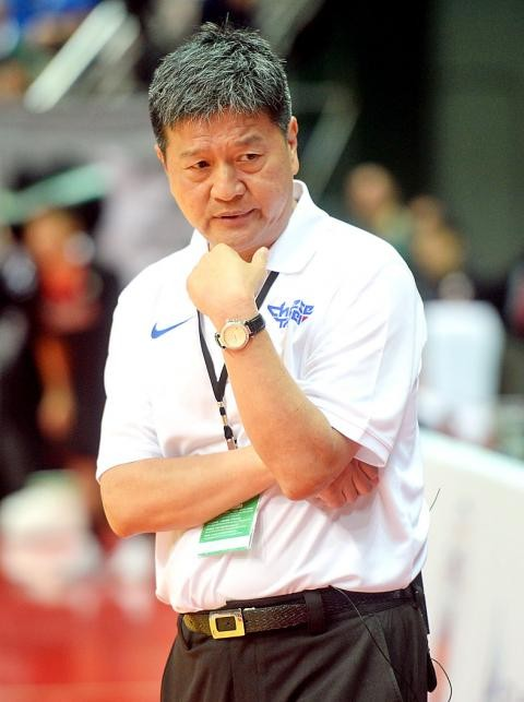 Former national basketball squad head coach Yen Chia-hua watches a William Jones Cup game between Taiwan and Japan in New Taipei City on July 23 last year. Photo: Lin Cheng-kung, Taipei Times