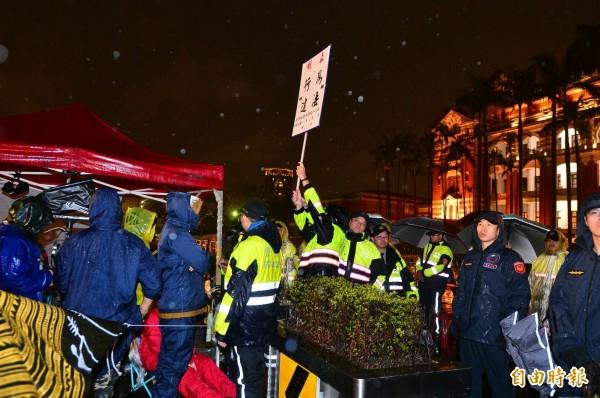 時力府前禁食抗議 警凌晨5度舉牌強力排除。(記者王藝菘攝)