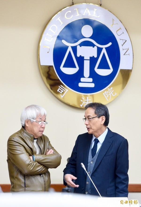 全國司改國是會議第二組第三次會議20日於司法院舉行,召集人林子儀(右)、副召集人何飛鵬(左)於會議前交談。(記者羅沛德攝)