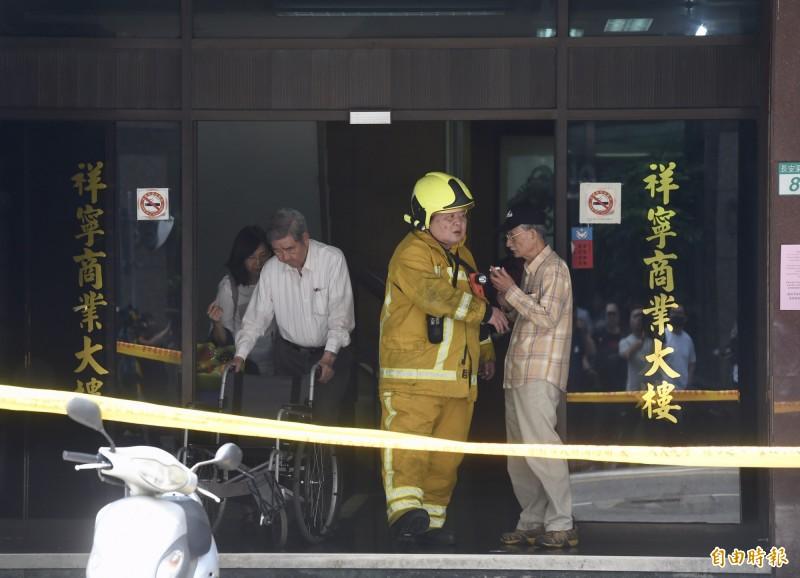 大樓主委在地震發生後,與消防人員確認情況。(記者黃耀徵攝)