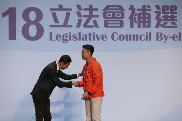 泛民派姚松炎(左)「爆冷」輸給對手鄭泳舜(右)。(圖擷自香港01)