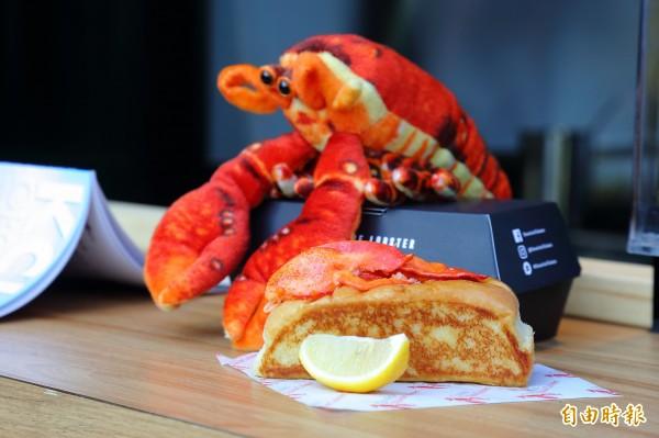 來自美國緬因州的龍蝦堡餐廳「Cousins Maine Lobster」,滿滿的龍蝦肉讓人大呼過癮。(記者李惠洲攝)