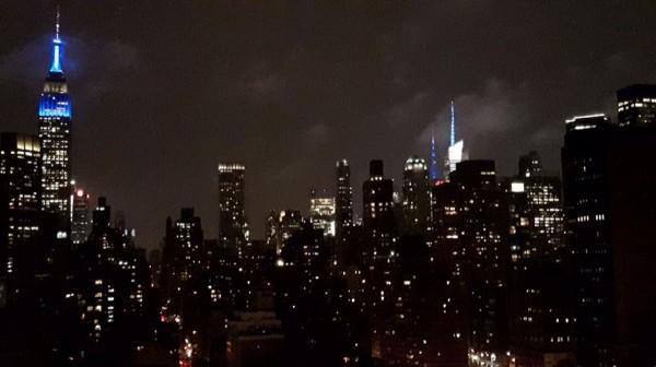 美國紐約市的帝國大廈頂端,以藍光慶祝芬蘭建國百年。(圖擷自Suomi Finland 100)