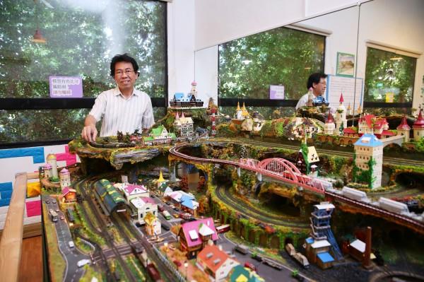 宛如真實世界一角的鐵道模型場景,是收藏家余智仁累積多年的心血結晶。(記者潘自強攝)