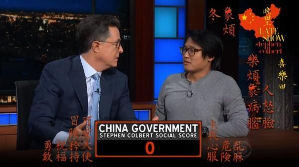 荷伯原欲派出「來自中國」的工作人員詹姆斯討中國歡心,沒想到詹姆斯隨後自承來自台灣,讓節目模擬的中國當局氣炸,當場將荷伯的分數扣至0分。(圖擷取自YouTube)