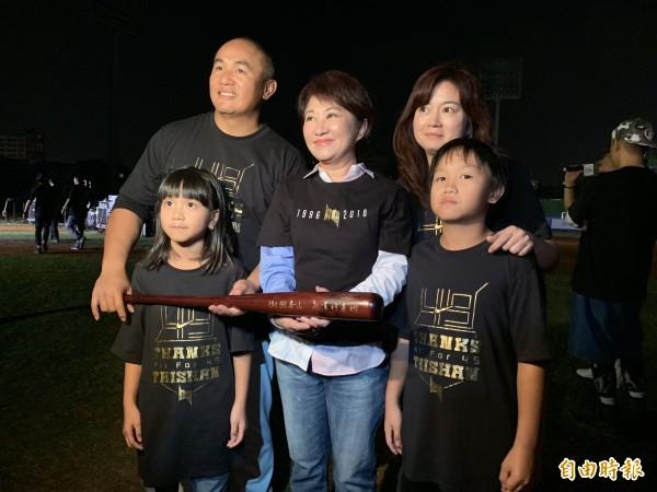 張泰山引退 盧秀燕中斷表演 球迷狂噓