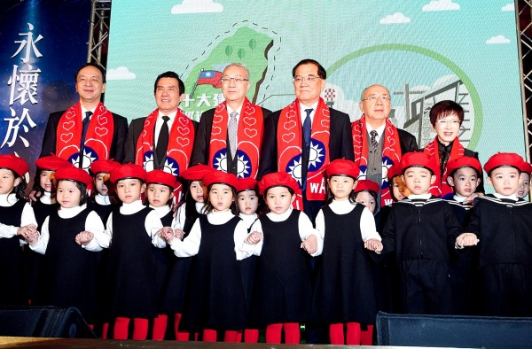 Chinese Nationalist Party (KMT) Chairman Wu Den-yih, third left, is flanked by former KMT chairmen Eric Chu, Ma Ying-jeou, Lien Chan, Wu Po-hisung and Hung Hsiu-chu, left to right, at a ceremony commemorating the 30th anniversary of the passing of Ching Ching-kuo at the Taipei Hero House in Taipei yesterday. Photo: Peter Lo, Taipei Times
