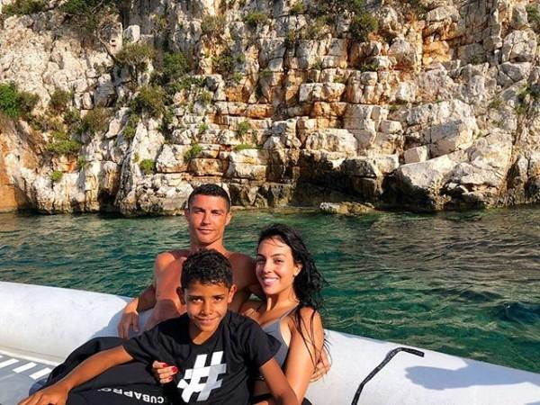 世足賽敗陣的C羅攜眷至希臘度假,身旁為女友Georgina及長子迷你羅(Ronaldo Junior)。(取自Georgina IG)