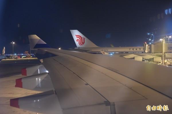 習近平搭的中國國際航空專機,就在馬英九的華航專機旁。(記者劉信德攝)