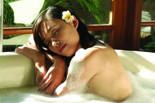 英國羅浮堡大學一項研究指出,泡在攝氏40度的熱水中1小時,燃燒熱量的效果等同走路30分鐘。(情境照)