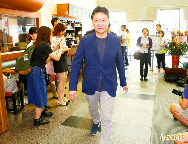 Broadcasting Corp of China (BCC) chairman Jaw Shaw-kong walks into the venue of a news conference in Taipei yesterday to explain his company's part in an indictment concerning the Chinese Nationalist Party's (KMT) sale of its shares in BCC and two other media companies. Photo: CNA