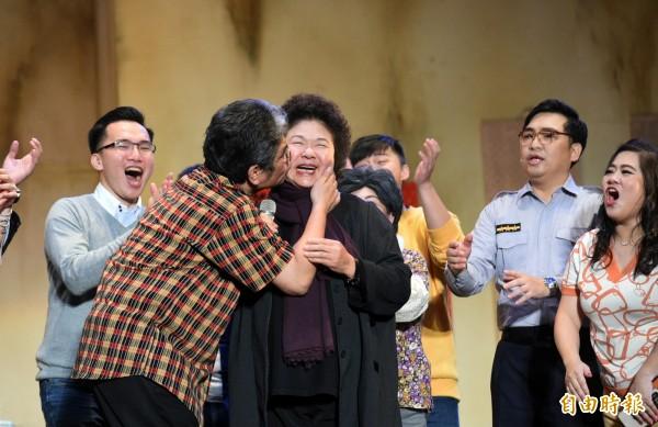 高雄市長陳菊在2萬名觀眾前,被人公然強吻,在旁員警卻束手無策。(記者張忠義攝)