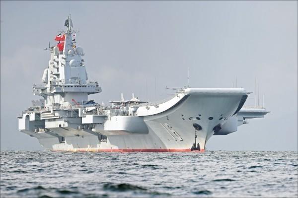 中國宣佈18日在福建沿海舉行實彈演習,引發國際關切。圖為去年7月中國航空母艦遼寧號駛抵香港水域。(法新社檔案照)