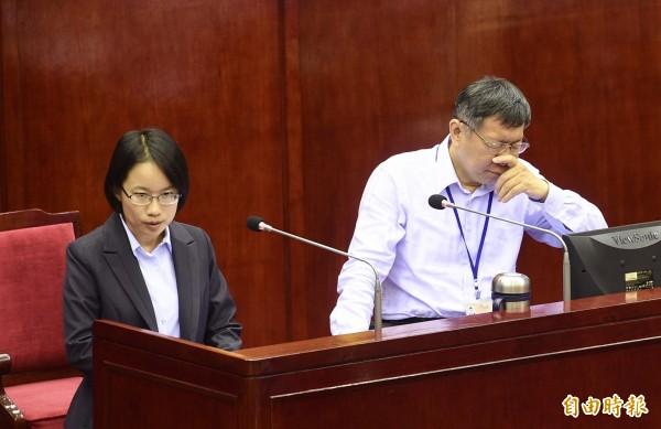 台北市長柯文哲(右)與北農總經理吳音寧(左)11日於市議會答覆議員質詢。(記者羅沛德攝)