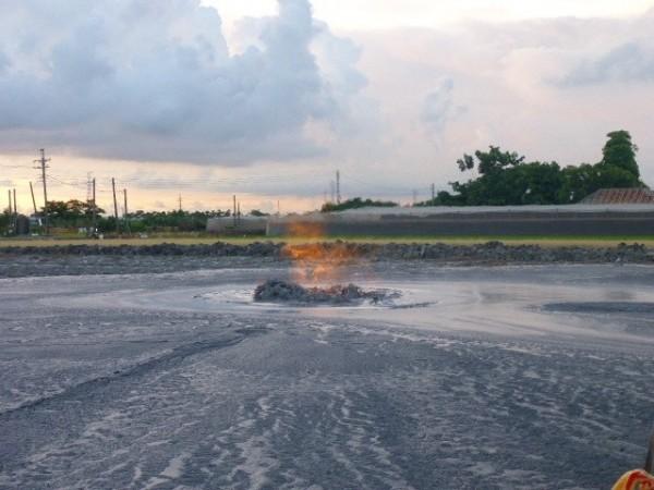 每年噴發一至兩次的屏東萬丹泥火山,有民眾建議可發展觀光,屏東縣政府委託學者專家調查,認為噴發時間與地點沒有規律,無法成為風景特定區。圖為萬丹泥火山再度噴發。(萬丹消防分隊提供)
