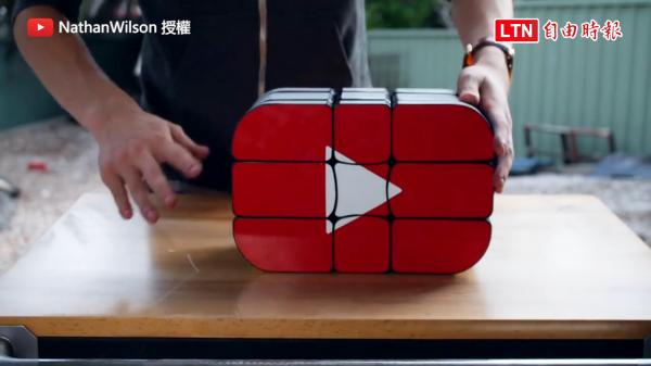比頭還大的YouTube Logo造型魔術方塊(圖片由Nathan Wilson YouTube授權)