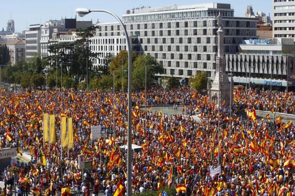 西班牙民眾在馬德里揮舞國旗,抗議加泰隆尼亞試圖獨立。(彭博)