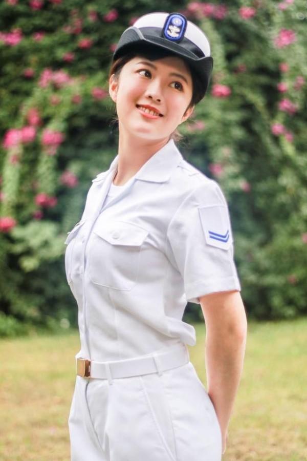 雖然穿著軍便服但黃靜昀仍給人一種鄰家女孩的氣質。(圖擷自臉書)