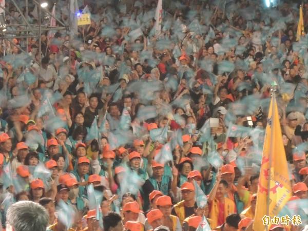 數萬名支持者到場搖旗吶喊,展現團結氣勢。(記者王榮祥攝)