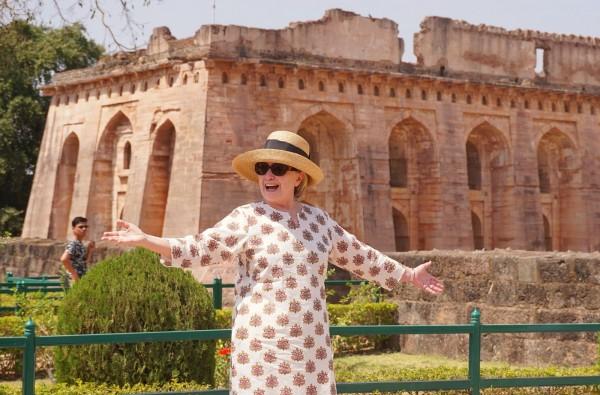 美國前國務卿希拉蕊12日參觀印度宮殿。(法新社)