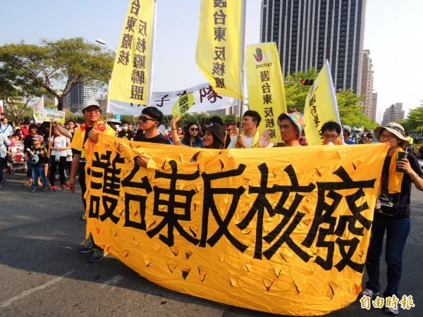 台東反核團體專程來高雄參加南台灣廢核大遊行,高雄反核遊行推估有13000人參加。(記者葛祐豪攝)