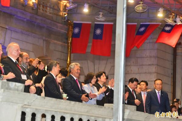 總統蔡英文(中)陪同吐瓦魯總理索本嘉(左)等外賓參加106年國慶酒會,一同品嚐台灣美食和觀賞表演。(記者王藝菘攝)