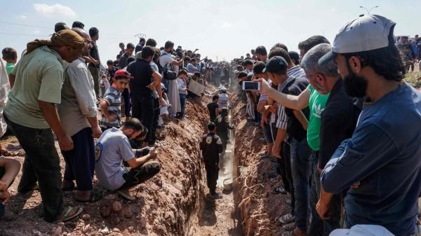敘利亞救援志工組織「白盔(White Helmets)」,有7名成員遭槍殺,大批敘利亞民眾在葬禮上哀悼。(法新社)