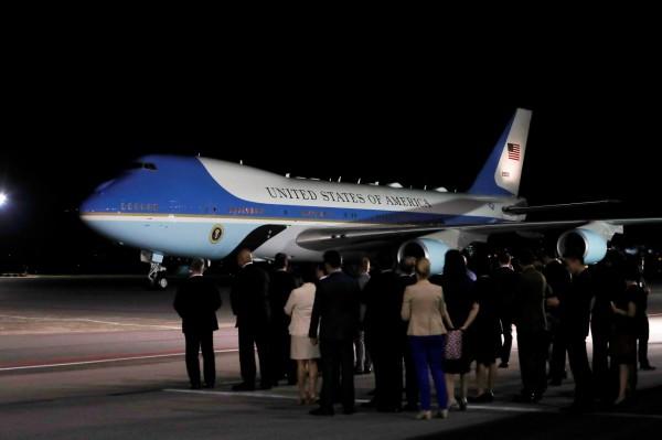 新加坡當地時間晚上8點21分(台灣時間亦同),美國總統川普搭乘空軍一號降落在新加坡巴耶利峇空軍基地,先為兩天後的「川金會」作準備。(路透)