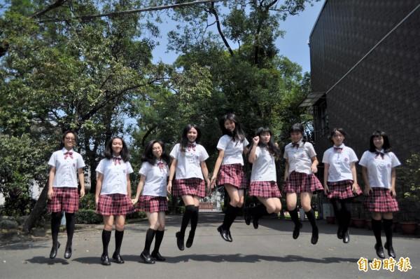 漢英的學生制服營造出書卷氣,又不失高中生活潑特質。(記者周敏鴻攝)
