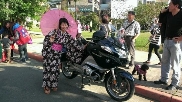 2014年2月22日在名為「新北投車站回家」的活動中,汪志冰曾身穿黑色櫻花和服,拿粉紅色的日本紙傘。(擷取自汪志冰臉書)