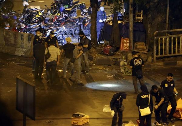 爆炸造成5人死亡,其中包括3名警員及2名疑似自殺炸彈攻擊者,另外還有5名警員及5名平民受傷。(美聯社)