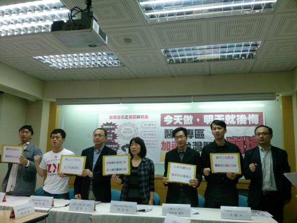督保盟及醫改會等多個醫療團體反對國際醫療,認為其對台灣的影響不亞於服貿,但決策過程卻一樣黑箱。(記者魏怡嘉攝)