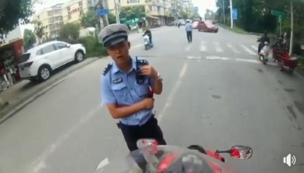 中國員警攔查機車騎士,不料騎士1句「局長我舅舅」就讓員警愣住,隨後立刻放行。(圖擷取自臉書)