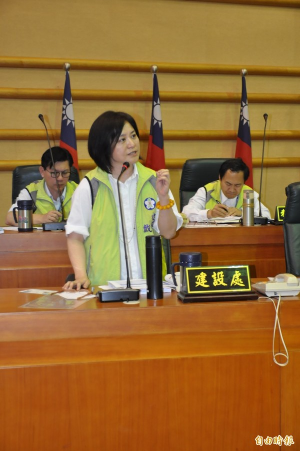 市建設處長戴淑玲今就公36追加預算向議員說明。(記者王善嬿攝)