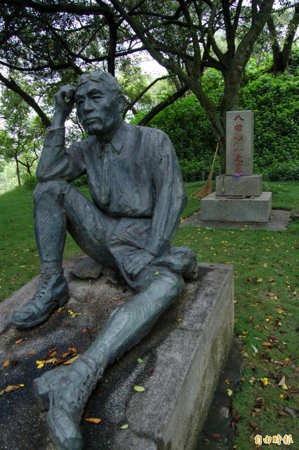 未遭破壞前的烏山頭水庫八田與一銅像。(資料照,記者蔡文居攝)