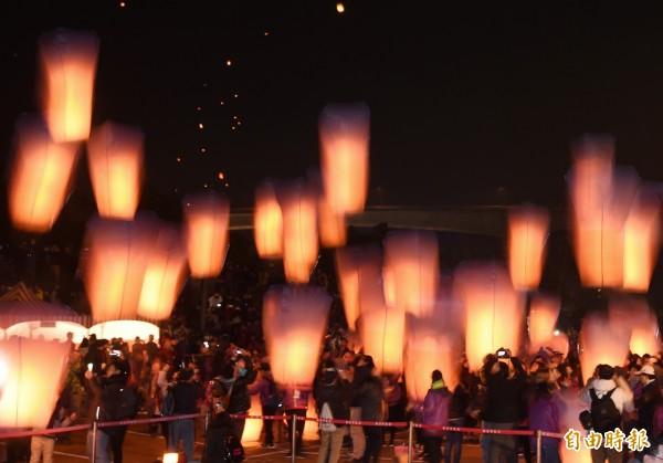 新北市政府11日舉行「平溪天燈節」,晚上陸續施放8波天燈。(記者方賓照攝)