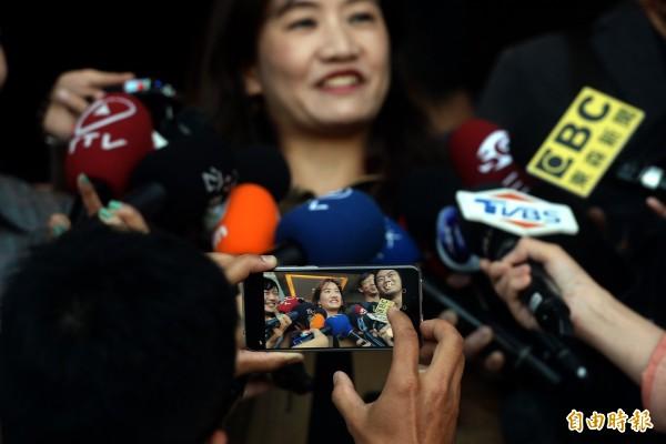 可望出任高雄市新闻局长的王浅秋出面受访,过去担任过媒体记者,如今变成媒体追访的对象。(记者林正堃摄)