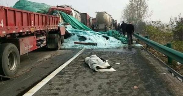 救難人員將罹難者遺體以白布包裹。(擷取自《新浪新聞》)