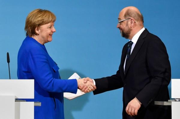 德國總理梅克爾與社民黨黨魁舒茲(Martin Schulz),在記者會上宣布有望共組新聯合政府。但外界普遍看衰,甚至有學者勸梅克爾提早下台。(法新社)