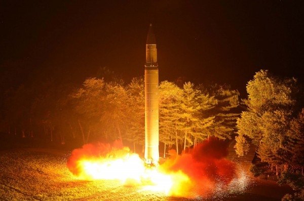 昨(6)中國吉林省機關報《吉林日報》刊文介紹核武常識和因應知識,今又傳出中國通訊集團吉林有限公司流出一報告,提及在中國、北韓邊境的北韓難民安置點。圖為火星14號彈道飛彈。(朝鮮中央通訊社)