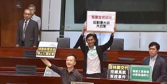 香港特首林鄭月娥今日到立法院發表施政報告時,香港部分泛民主派議員,針對此事向她提出嚴正抗議。(圖擷取自臉書)